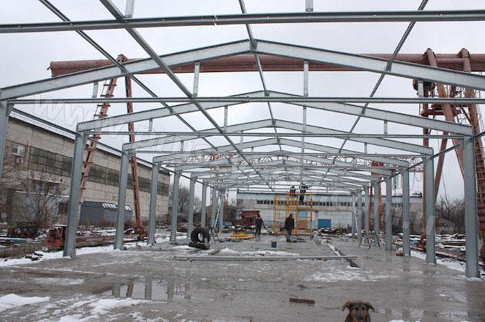 Фото 2. Конструкции ЛСТК для быстровозводимого здания: треугольная рама в процессе строительства (г. Донецк)