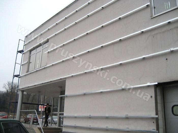Фото 6. Применение L-профиля, опорных столиков при облицовке фасада