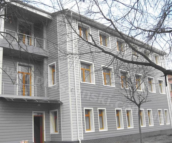 image0052 Фото 3. Профнастил Т-20 (полиэстер RAL 7000, 9010, 7035), расположенный на фасаде горизонтально