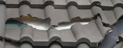 Фото 9. Пример «крыши» из цементно-песчаной черепицы — под действием солнца и мороза она растрескивается.