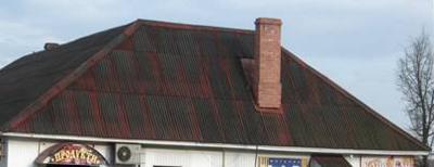 Фото 6. Крыша из окрашенного шифера через несколько лет «облазит»