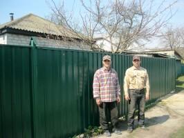 Работа закончена. Забор из профнастила в Понорнице Коропского района. Металлопрофиль Т20, цвет зеленый (6005).