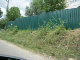 Забор. Коропский район, с. Покошичи. Профнастил марки Т-20, толщина 0,45 мм. Цвет зеленый 6005.