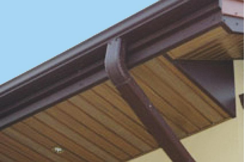 Фото 5. Подшивка свеса крыши софитом Роял