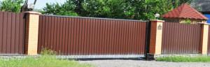 Забор из профнастила. Раздвижные ворота также обшиты профнастилом
