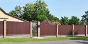 Забор из профнастила, кирпичные столбики, кованные элементы